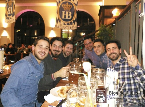 Disfrutando de los manjares alemanes en la Cervecería Hofbräu